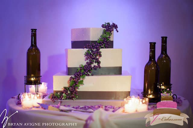 (1020) Vineyard Theme Wedding Cake